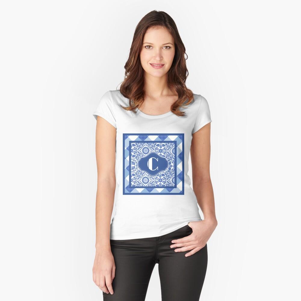 Letter C Monogram in Indigo Patterns Camiseta entallada de cuello ancho