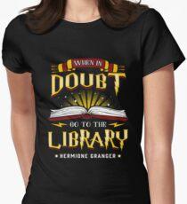 Camiseta entallada En caso de duda, ve a la Biblioteca. La magia está ahí.