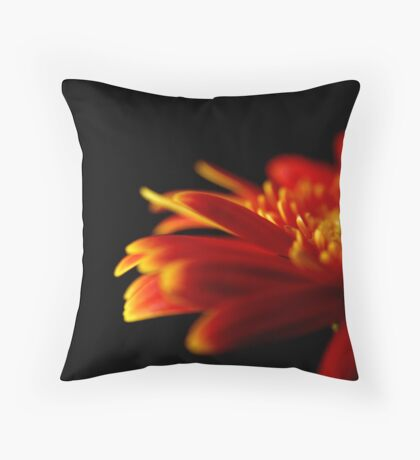 Crizanteme Throw Pillow