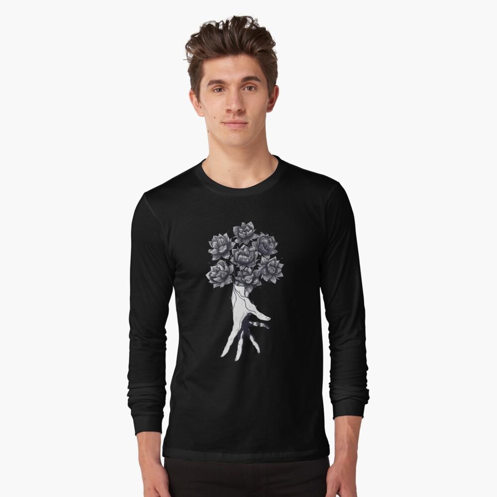 Hand with lotuses on black Camiseta de manga larga