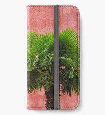 Eine Italienische Fassade mit Dattelbaum. iPhone Wallet