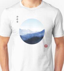 Japanische Landschaftsnatur mit Bergen im Kreis Slim Fit T-Shirt