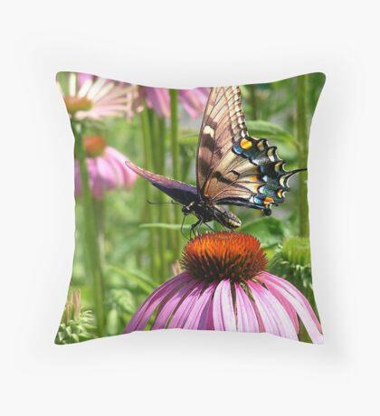 papillon sur la fleur Throw Pillow