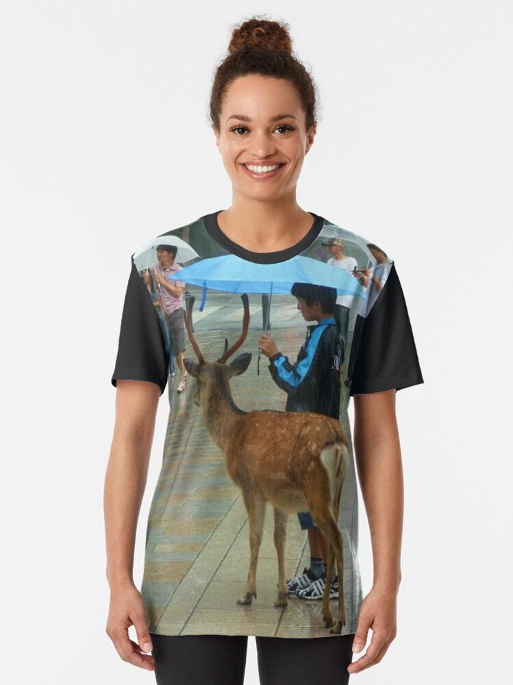 T-shirt graphique ''Biche Nara Pluie': autre vue