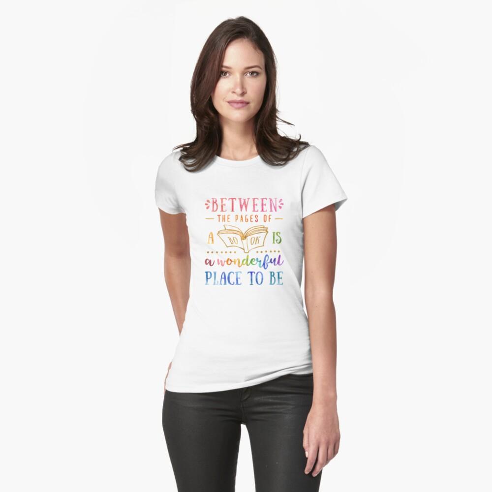 Zwischen den Seiten Tailliertes T-Shirt