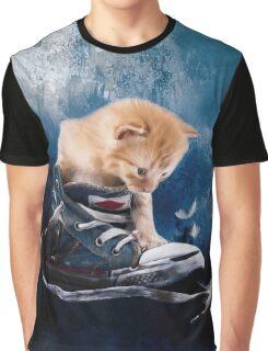 Süßes Kätzchen spielt in Turnschuhen Graphic T-Shirt
