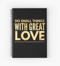 Cuaderno de espiral Hacer cosas pequeñas con gran amor, inspirar compasión Camiseta
