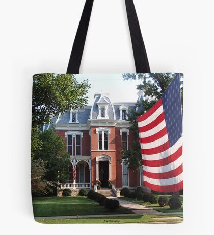 Showing the flag Tote Bag