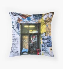 Architektur der Obdachlosigkeit Throw Pillow