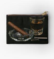Zigarren und Zubehör auf einem schwarzen Hintergrund Täschchen