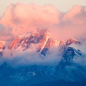Montaña de nieve al atardecer rosa de TravelDream