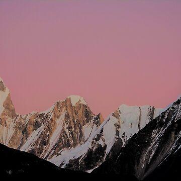 Montañas rosadas puesta de sol de TravelDream