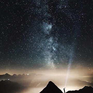 Estrellas del cielo nocturno en las montañas de TravelDream