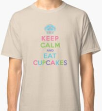 Keep Calm and Eat Cupcakes - beige Classic T-Shirt