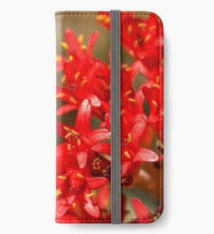 Biene auf scharlachroten Malerpinsel iPhone Flip-Case