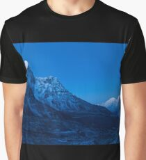 Blue mountains at full moon before sunrise - Blaue Berge bei Vollmond vor Sonnenaufgang Graphic T-Shirt