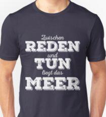 Zwischen Reden und Tun liegt das Meer. T-Shirt
