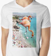 Camiseta para hombre de cuello en v Flamencos en la playa #redbubble #decor