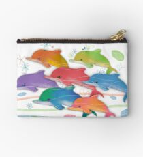 Ein Regenbogen der Delphine Studio Clutch