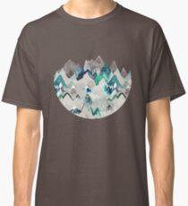Camiseta clásica Llamada de las montañas (en árbol de hoja perenne)