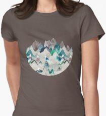 Camiseta entallada para mujer Llamada de las montañas (en árbol de hoja perenne)