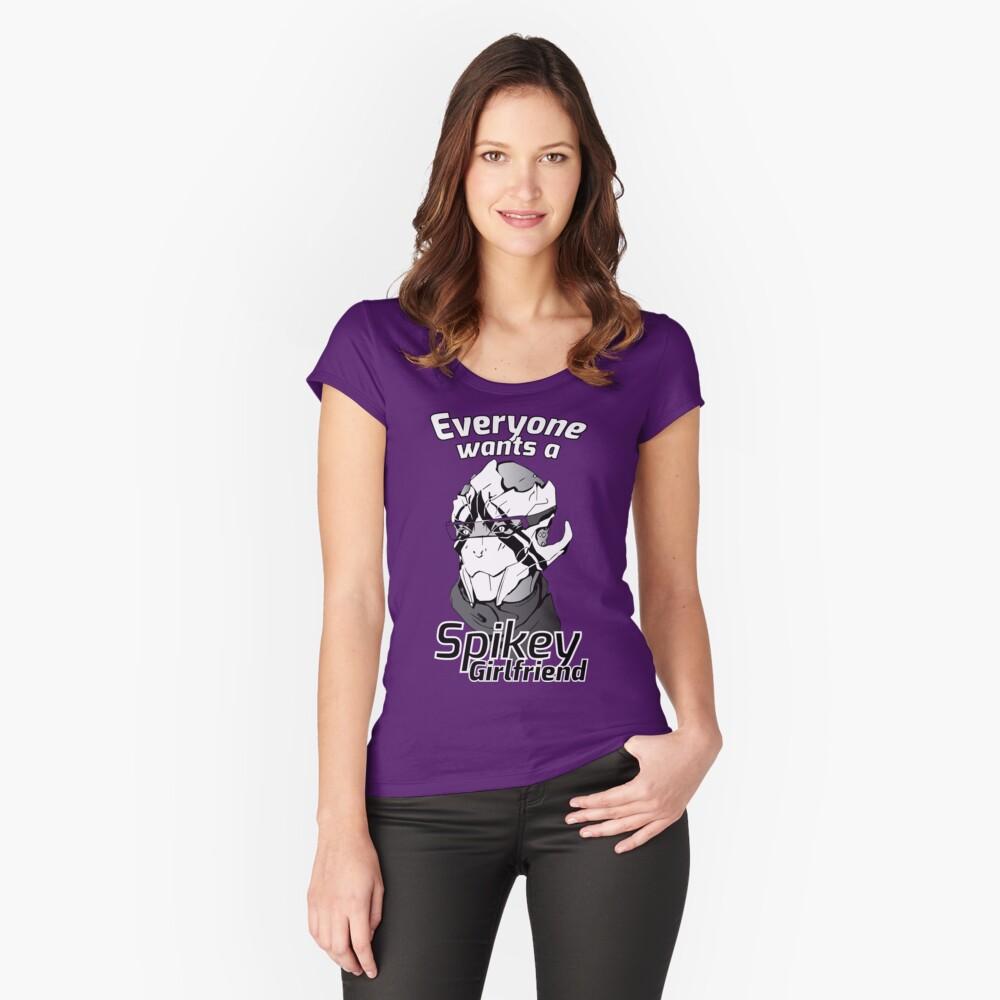 Jeder will eine Spikey-Freundin. Tailliertes Rundhals-Shirt