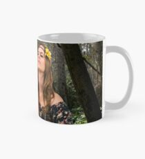 Teen Hippie girl meditates outdoors in a forest  Tasse