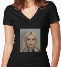 Tana Mongeau Coachella Mugshot Tailliertes T-Shirt mit V-Ausschnitt