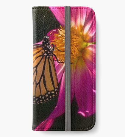 Monarch nippt an Dahliennektar iPhone Flip-Case