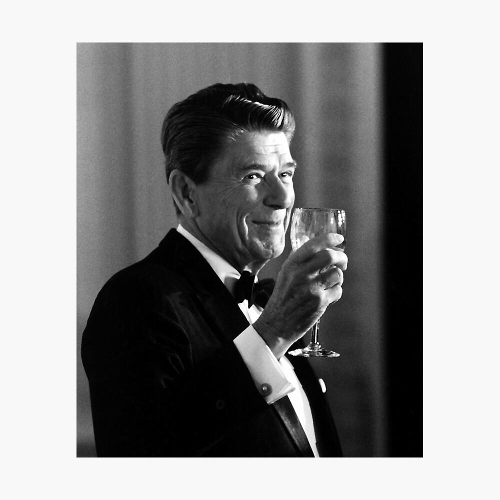 El presidente Reagan haciendo una tostada Lámina fotográfica