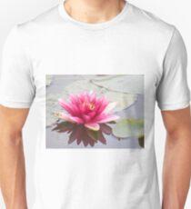 Rosa Seerose am Teich   T-Shirt
