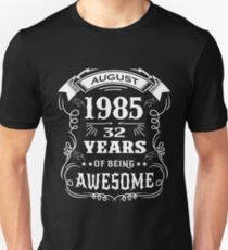 32th Birthday Gift Born in August 1985, 32 years of being awesome Unisex T-Shirt