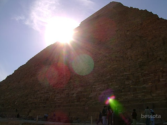 Sun above the Pyramid by bessota