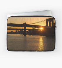 Funda para portátil Magia de la ciudad de Nueva York - icónica Brooklyn Bridge Sunrise