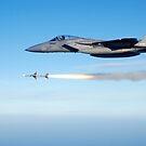 Eine F-15 Eagle feuert eine mittlere Luft-Luft-Rakete der AIM-7 Sparrow. von StocktrekImages