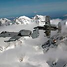 A-10 Thunderbolt II fliegen über gebirgige Landschaft. von StocktrekImages