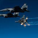 Ein F-15E Strike Eagle Flugzeug löst Fackeln aus. von StocktrekImages