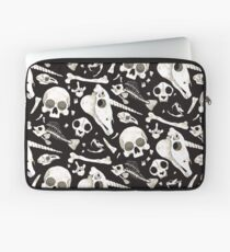 schwarze Schädel und Knochen - Wunderkammer Laptoptasche