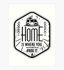 Lámina artística El hogar es donde lo estacionas vanlife camper art negro sobre blanco