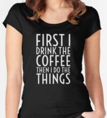 Zuerst trinke ich den Kaffee - weißer Text Tailliertes Rundhals-Shirt