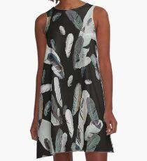 helle Federn auf dunklem Grund A-Line Dress