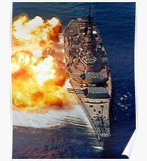 Schlachtschiff USS Iowa feuert seine Mark 7 16-Zoll / 50-Kaliber Kanonen. Poster