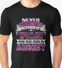 Camiseta ajustada Nunca subestimes el poder de una mujer que nació en agosto T-shirt