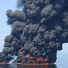 Dunkle Rauch- und Feuerwolken entstehen, während das Öl während eines kontrollierten Brandes im Golf von Mexiko brennt. von StocktrekImages