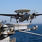 Ein E-2C Hawkeye startet vom Flugdeck der USS Nimitz. von StocktrekImages