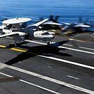 Ein E-2C Hawkeye landet an Bord des Flugzeugträgers USS John C. Stennis. von StocktrekImages