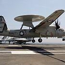 Ein E-2C Hawkeye landet auf dem Flugzeugträger USS Enterprise. von StocktrekImages