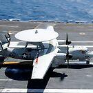 Ein E-2C Hawkeye landet an Bord des Flugzeugträgers USS Nimitz. von StocktrekImages