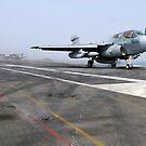 Ein EA-6B Prowler katapultiert sich vom Flugzeugträger USS Ronald Reagan. von StocktrekImages