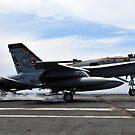 Eine F / A-18C Hornet landet an Bord der Nimitz-Klasse Flugzeugträger USS John C. Stennis. von StocktrekImages